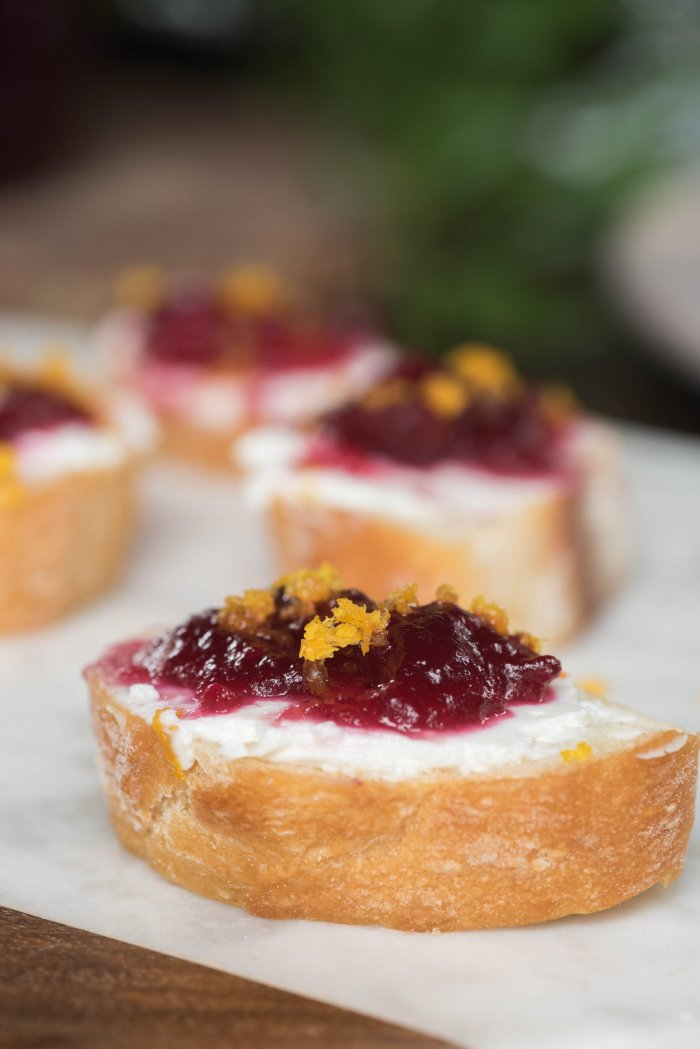 Cranberry and Goat Cheese Crostini for an east Thanksgiving app!