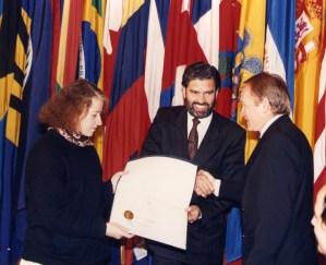 Sara Larraín y Sergio Vergara reciben premio a nombre de la Fundación