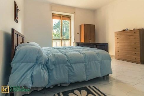 camera da letto coperta azzurra