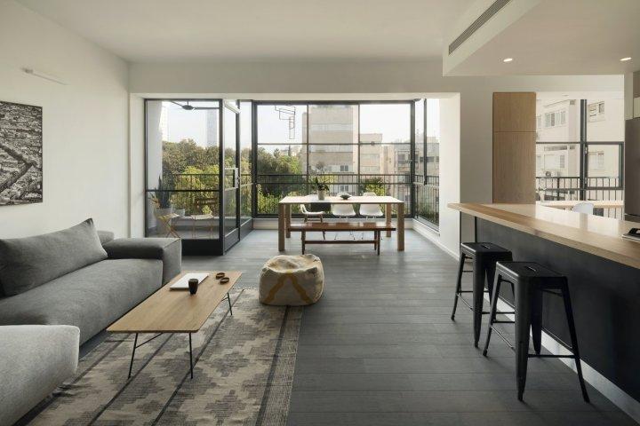 ruang tamu minimalis dengan pemandangan luar