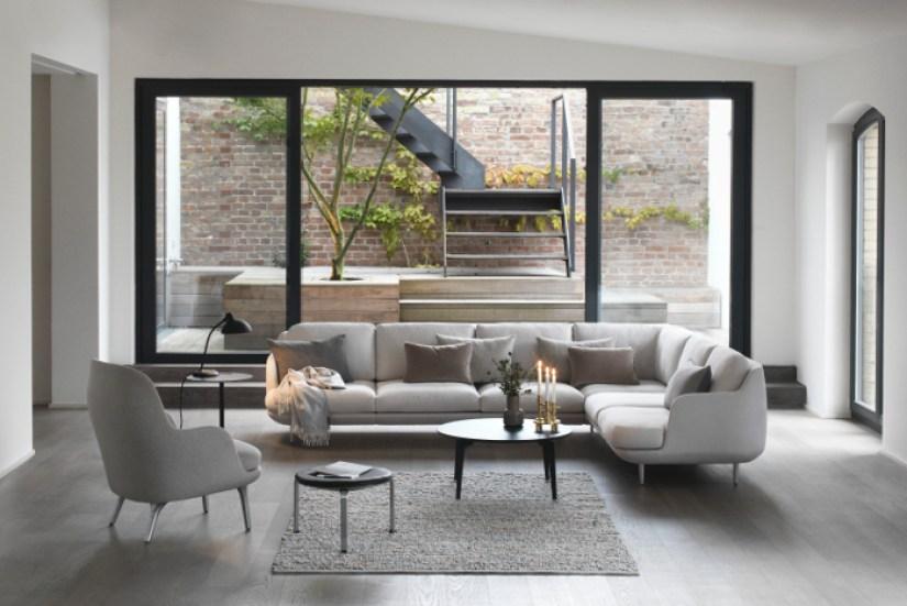 Ruang tamu minimalis dengan jendela besar