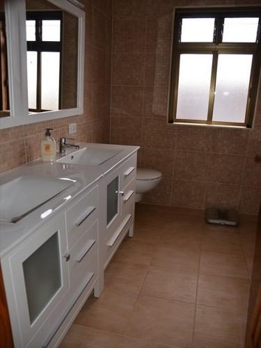 Badezimmer mit Dusche, Doppelwaschbecken, Bidet und WC im Obergeschoss