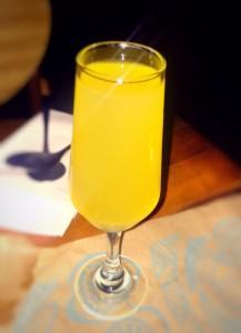 Mimosa: drink de espumante com suco de laranja.