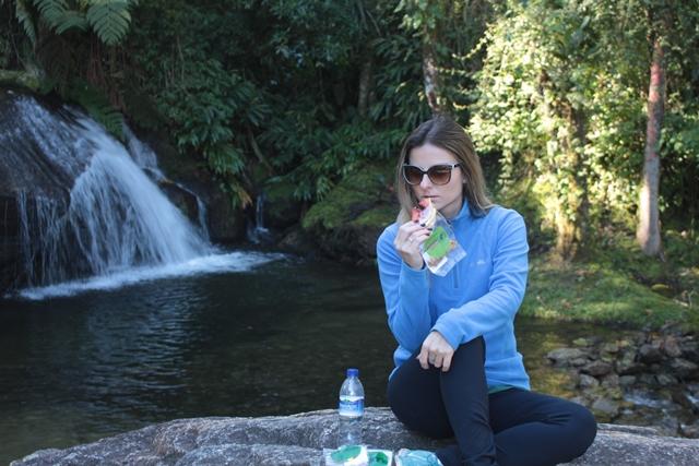 Camila repondo as energias com os snacks da Ponto Natural Copacabana