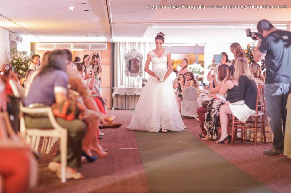 Noiva de Maison Cris; buquê Marlene Sobreira e adereço Lace Atelier. Foto: Júnior Alves.