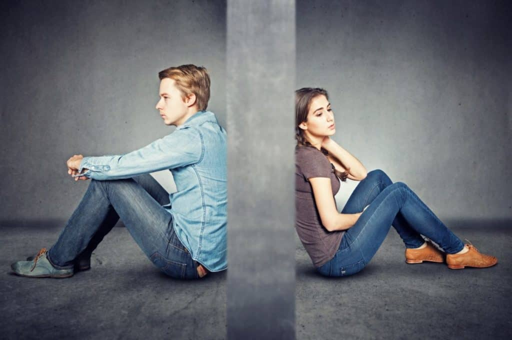 Mann und Frau getrennt durch Wand Trennung von der Ex