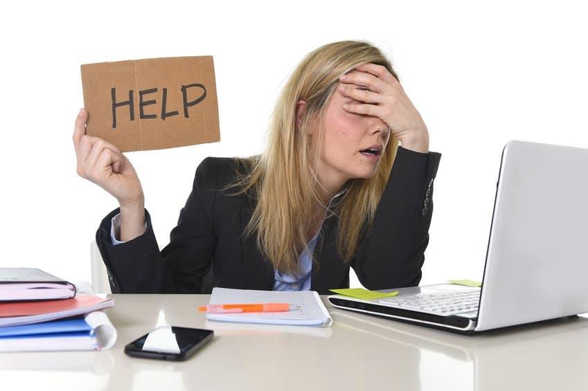 Frauen in der IT hält Schilt hoch mit HELP