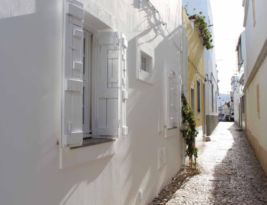I read that the French are the foreigners who buy the most villas with pool in Portugal. The white washed walls, Atlantic coast and sun is a key attraction. Many of them have transformed old houses into beautiful retreats.