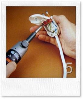 inserisci i cavetti di rame dentro gli spinotti e stringi le vitinedi ancoraggio