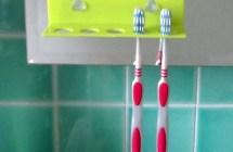 Di corsa a lavarsi i dentini: 5 regole per lavabo e portaspazzolino a prova di germi