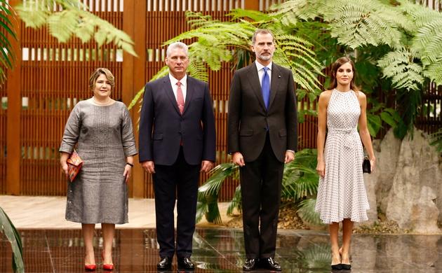 Sus Majestades los Reyes acompañados de sus excelencias el presidente de la República de Cuba y su esposa