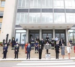 Sus Majestades los Reyes y sus hijas, Sus Altezas Reales la Princesa de Asturias y la Infanta Doña Sofía con los trabajadores participantes en la cons