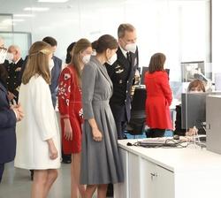 Sus Majestades los Reyes y sus hijas, Sus Altezas Reales la Princesa de Asturias y la Infanta Doña Sofía durante el recorrido por las instalñaciones d