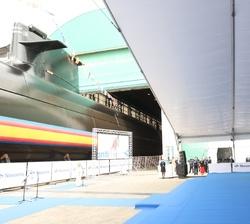 """Los Reyes y sus hijas, la Princesa de Asturias y la Infanta Doña Sofía, frente al Submarino S-81 """"Isaac Peral"""""""
