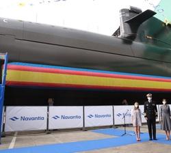 """Sus Majestades los Reyes y sus hijas, Sus Altezas Reales la Princesa de Asturias y la Infanta Doña Sofía con el Submarino S-81 """"Isaac Peral̶"""
