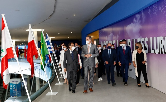Don Felipe acompañado por las autoridades asistentes a la inauguración del Mobile World Congress