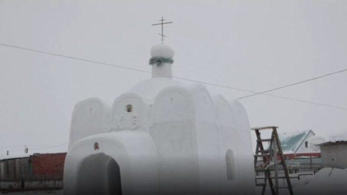 Έφτιαξε εκκλησία από χιόνι σε χωριό που δεν είχε!
