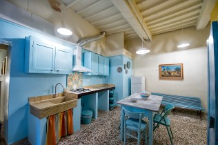 [:en]kitchen with blue table and blue chairs[:it]cucina con tavolo e sedie blu[:]