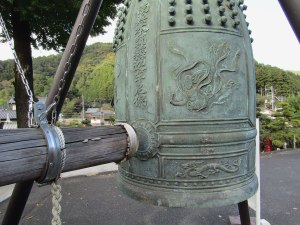 The bell from Tōzen-ji temple in Miyagi Prefecture is now on display at Hoko-ji temple, just outside Agano Station.