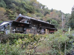 Asamichaya is a teahouse and udon noodle shop located in the mountains. The shop was originally established in 1855, serving warm noodles and tea to travelers needing a short rest.