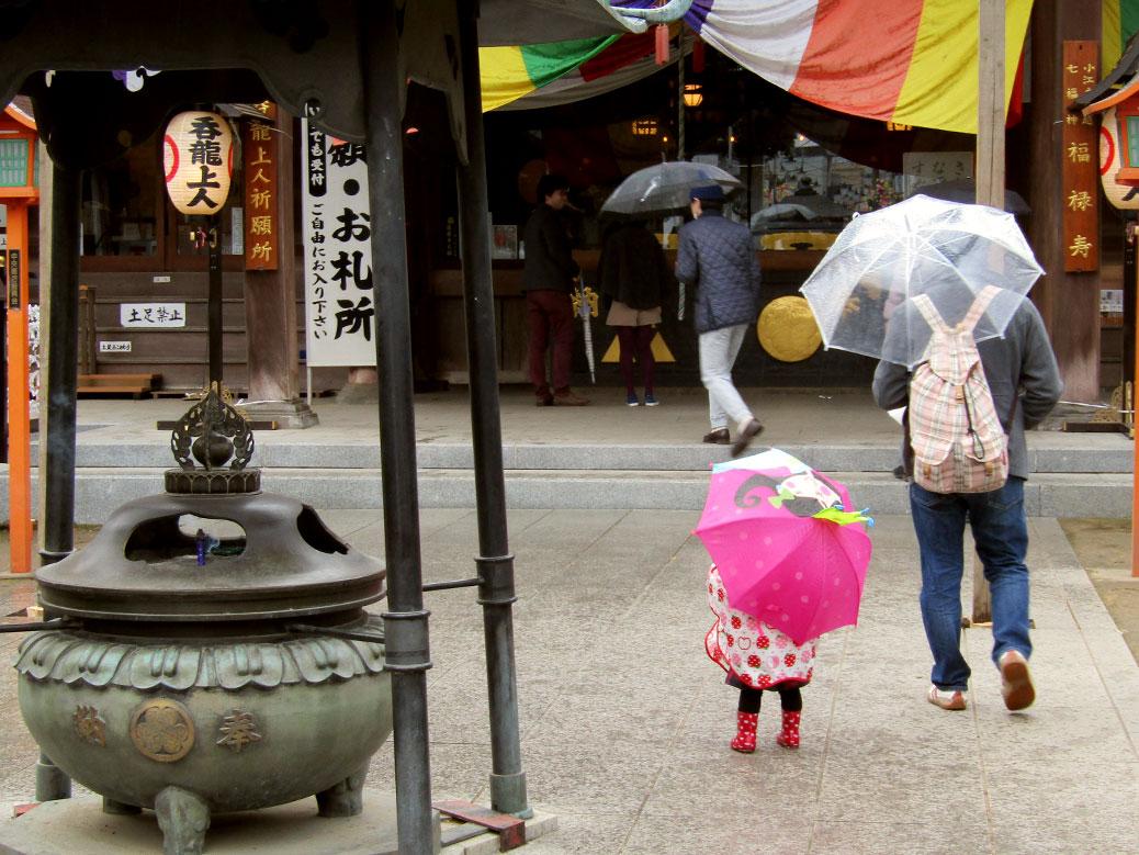 A young girl braving the rain at the Kawagoe Farmers Market at Renkeiji Temple