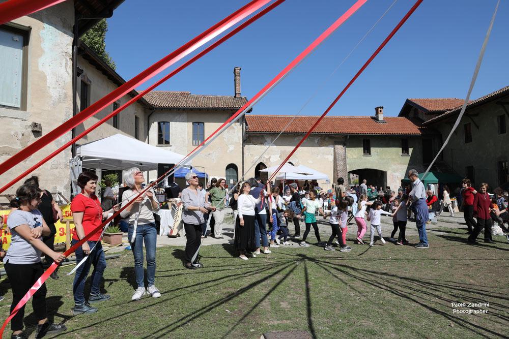Festa di Primavera, delle Api e Danza del Palo di Maggio (le Immagini di Paolo Zandrini)