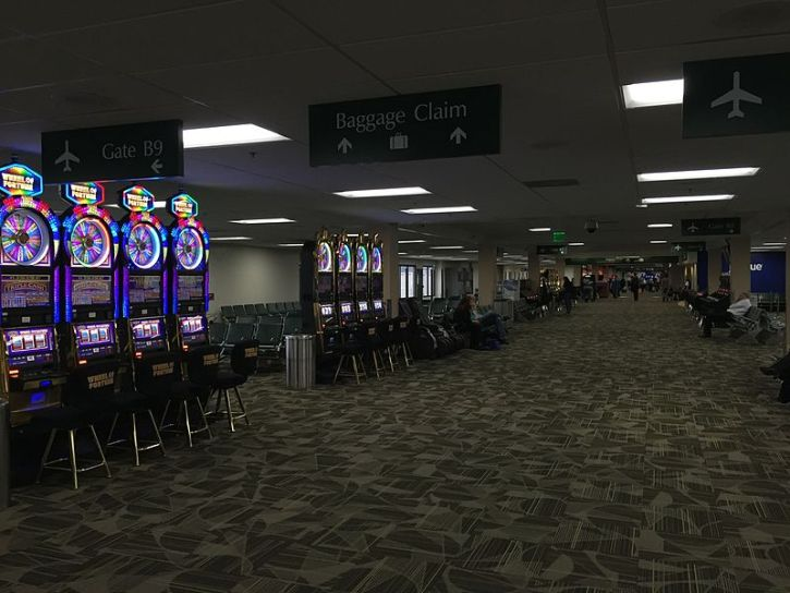 Tragamonedas de casino al llegar al aeropuerto