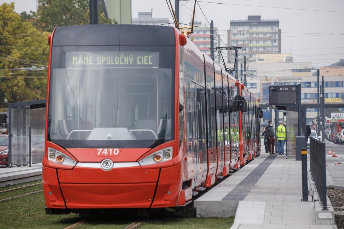 DPB zvyšuje kapacitu na najvyťaženejších tratiach, obnovuje niektoré linky a nasadzuje vozidlá s vyššou kapacitou.