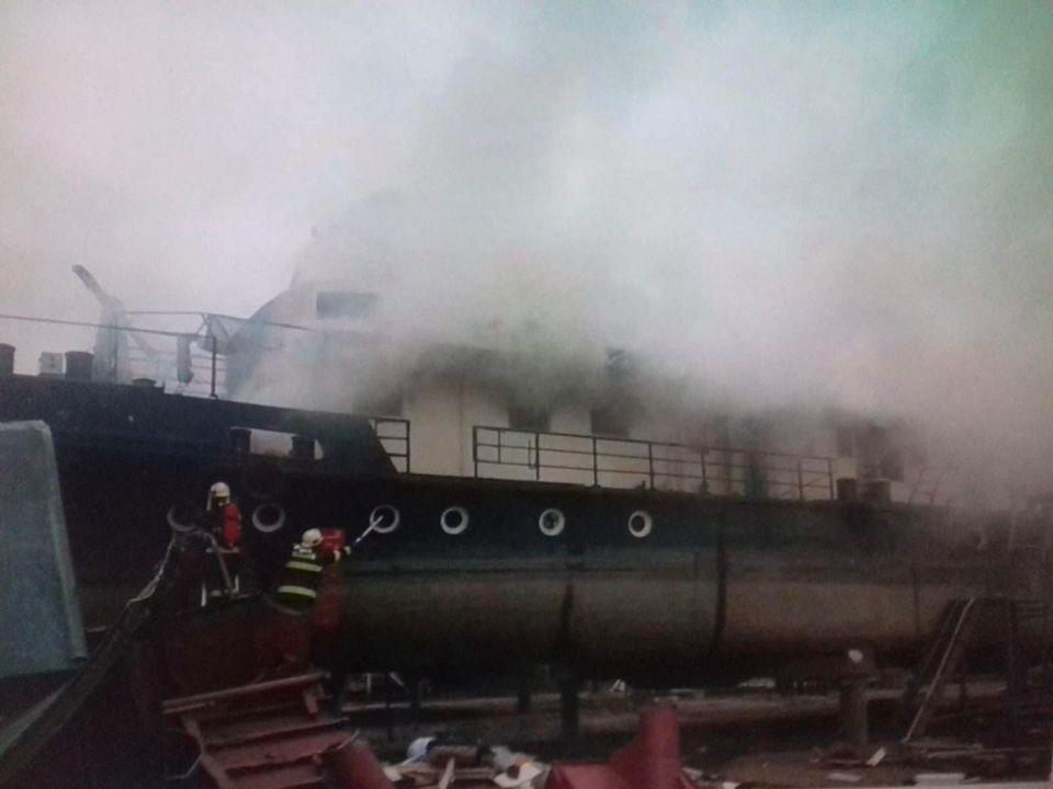 Požiar lode v prístave počas rekonštrukcie a rozoberania interiéru.