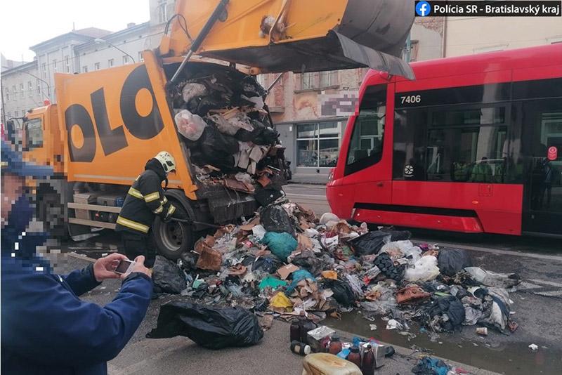Pri STU na Radlinského horelo smetiarske auto