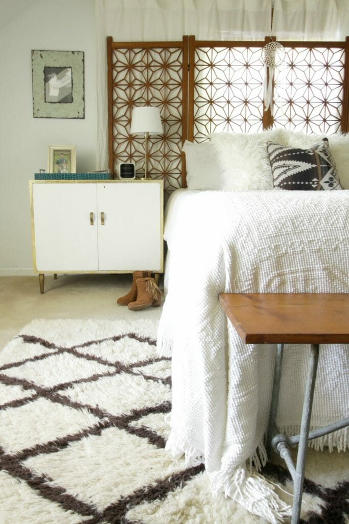kilim-pillow-white-wood-vintage-bedroom