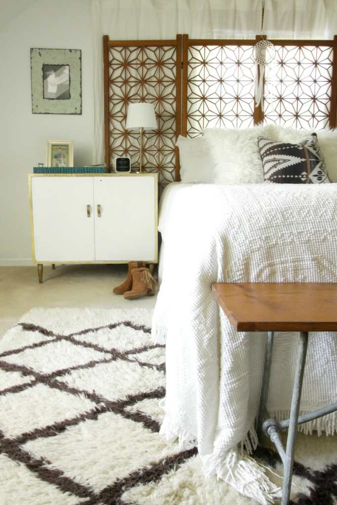 kilim-pillow-white-wood-vintage-bedroom