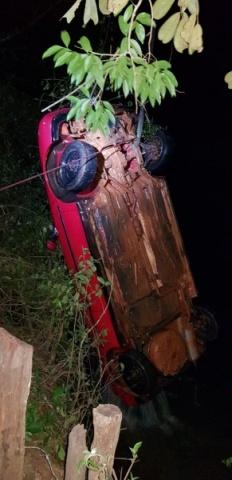 O carro foi furtado em Cassilândia no sábado. Chegou a ser depenado, segundo o investigador da Polícia Civil Malheiros contou ao repórter Patriarca Hermezes Côrtes. Aparentemente quem furtou resolveu jogar o carro dentro do Rio Aporé. Foto de Lata.