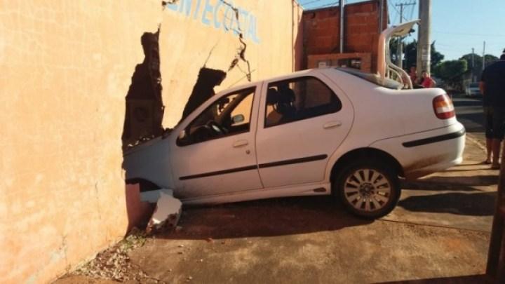 Parede foi derrubada após carro invadir igreja em Campo Grande. — Foto: Osvaldo Nóbrega/TV Morena