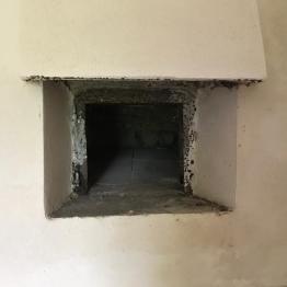 L'interno di una delle abitazioni abbandonate a Fossa Maiura