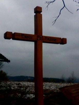 Après l'incendie revoilà une belle croix toute neuve sur son socle depuis quelques jours au carrefour des chemins Marlin les roches de Marlin Jurieux Grand bois Dizimieux