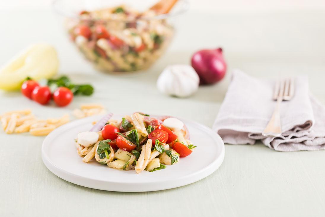 Pastasalat mit Salami und Mozzarella - Der Beste Nudelsalat casual cooking österreichischer food blog