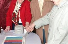 Sisters-cutting-cake