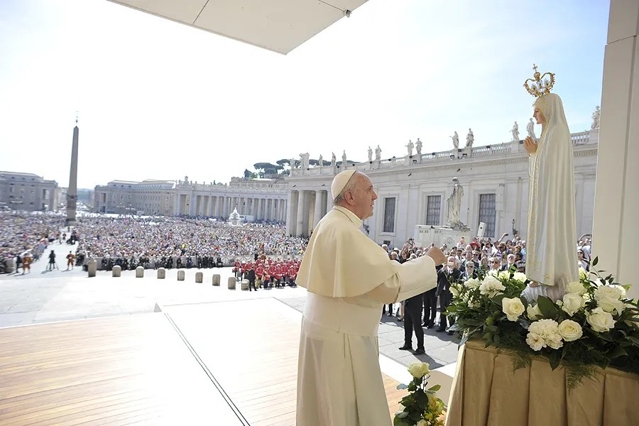 Pope Francis with a statue of Our Lady of Fatima at the Wednesday General Audience in St. Peter's Square, May 13 2015. Credit: L'Osservatore Romano.