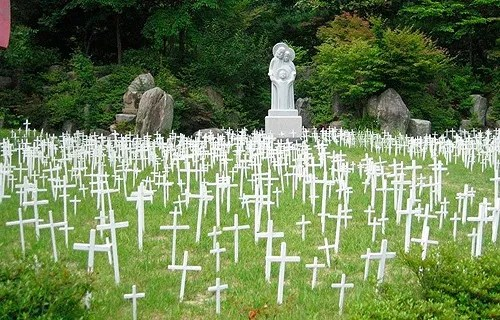 Cemetery in Kkottongnae, South Korea. Credit: Andy Prima Kencana/www.andyprima.com.