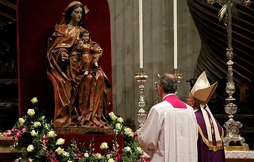 Pope Francis prays before a statue of Mary in St. Peter's Basilica on Nov. 30, 2013. Credit: Lauren Cater/CNA.