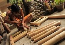 Finishing Kerajinan dari Bambu dengan Pernis