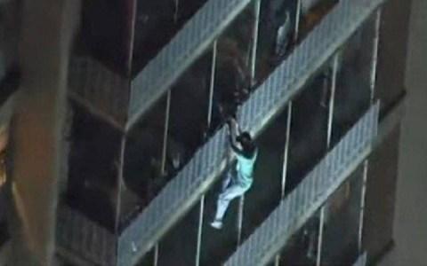 video homem escala 15 andares para salvar a mae em incendio veja