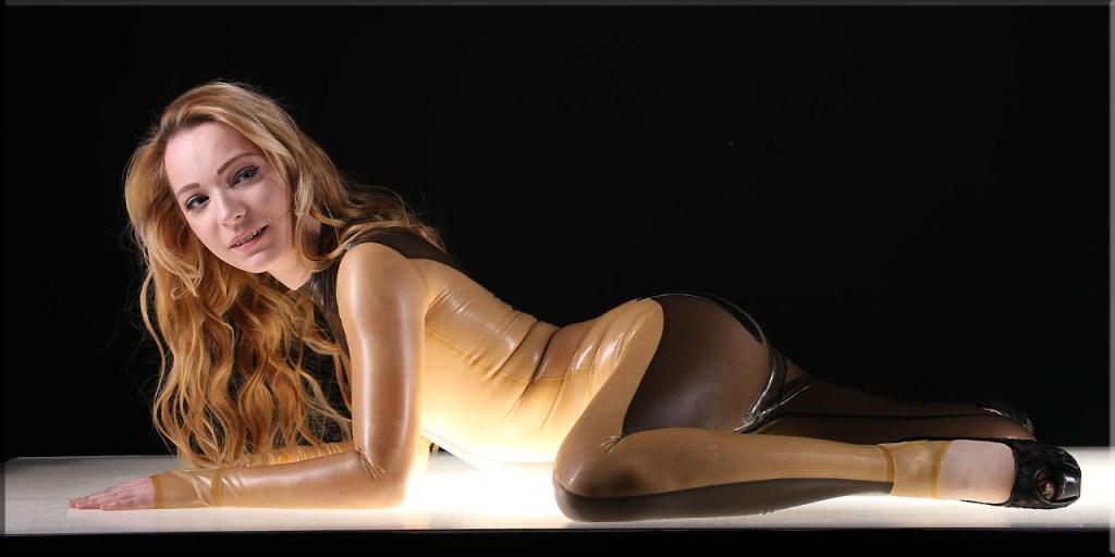 Edda im Catsuit Body-curve