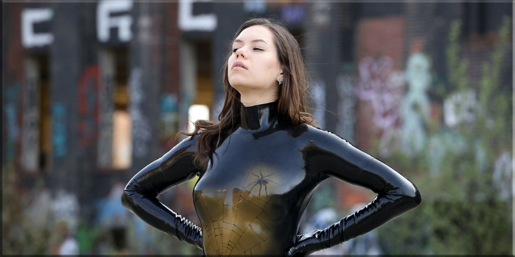Polina im Catsuit Spinne