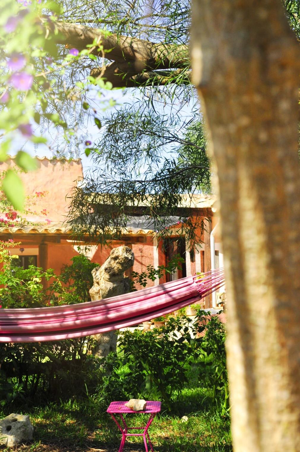 Haus das zur Katzenzuflucht gehört, mit wunderschönen Garten