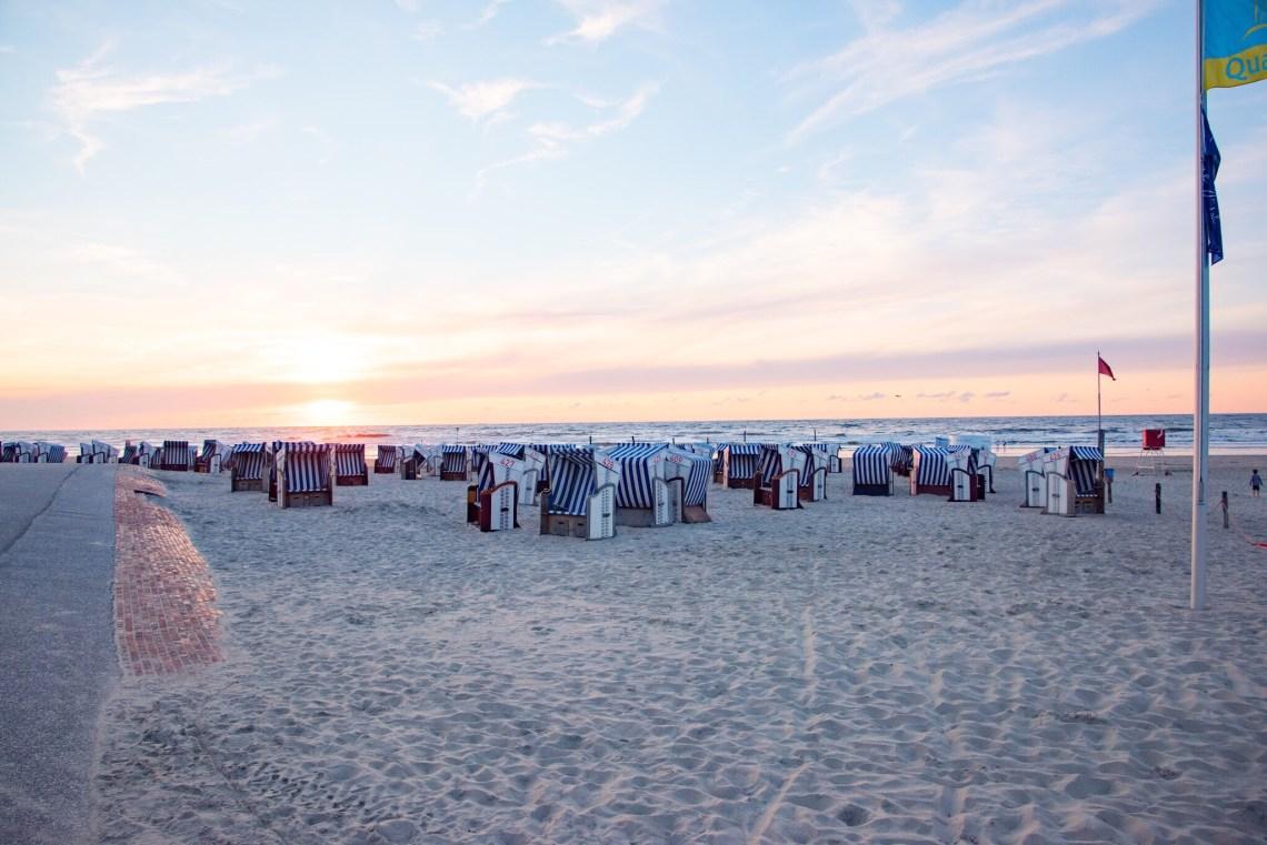 Strandkörbe im Sonnenuntergang Norderney