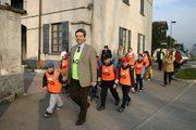 Sindaco e studenti di Albiate nel cordo dell'iniziativa Pedibus