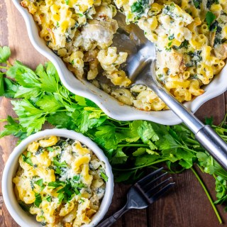 Trying find a way to satisfy both the carnivores and vegetarians at your table? We think this Spinach Artichoke Mac and Cheese will do the trick!