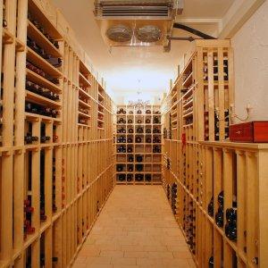 Kompletteinrichtung eines Weinkellers